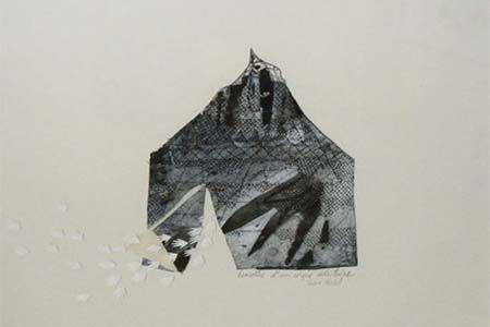 oeuvre représentant une maison abstraite de couleur grise