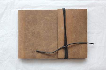 couverture en cuir clair d'un livre d'artiste