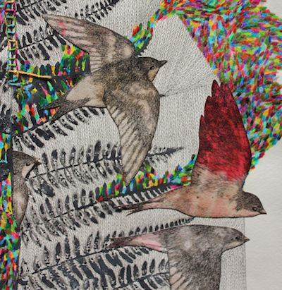 zoom sur une partie d'une oeuvre d'art composée de trois oiseaux en plein vol par Viviane Michel