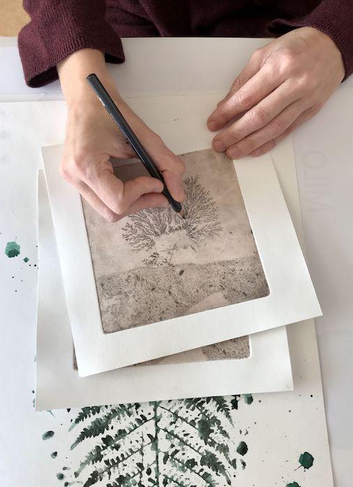 gros plan sur les mains de l'artiste Viviane Michel qui travaille au crayon une oeuvre
