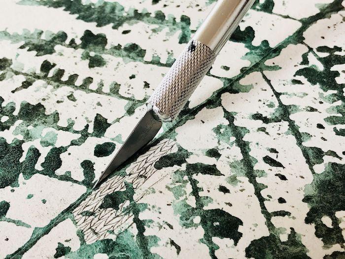 détail du travail artistique de Viviane Michel qui utilise un cutter
