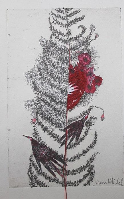 des fleurs rouges sortes des fougères
