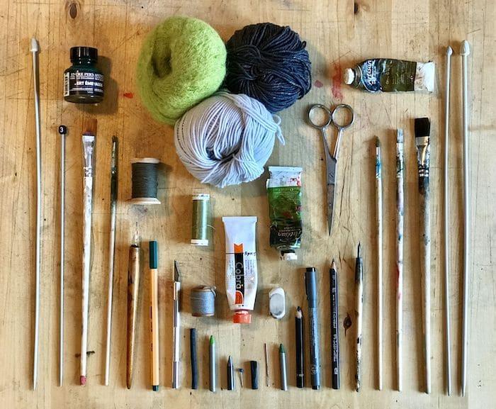 matériel de l'artiste Viviane Michel : pinceaux, plume, fils, laines, encre...