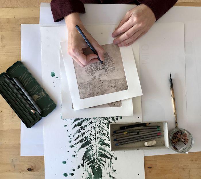 Viviane Michel dans son atelier dessine une oeuvre au crayon et à l'encre