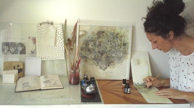 Viviane Michel utilise des encres lors de ses créations