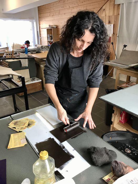 l'artiste Viviane Michel réalise une photogravure en atelier