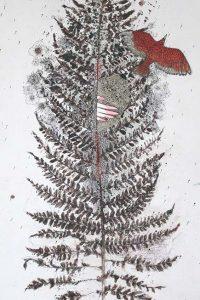un oiseau rouge vole depuis une fougère
